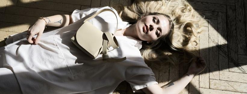 modelka s koženou kabelkou cross body bag