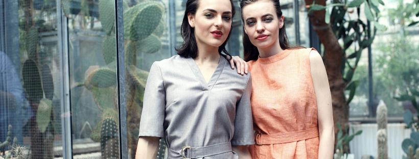 dvě modelky v zahradě