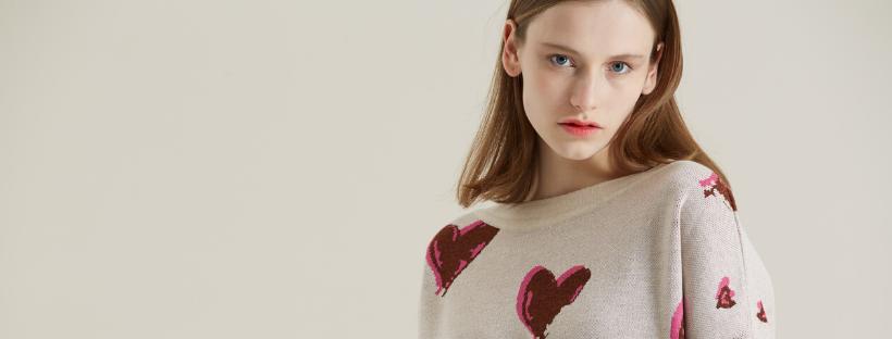 modelka v designovém svetru