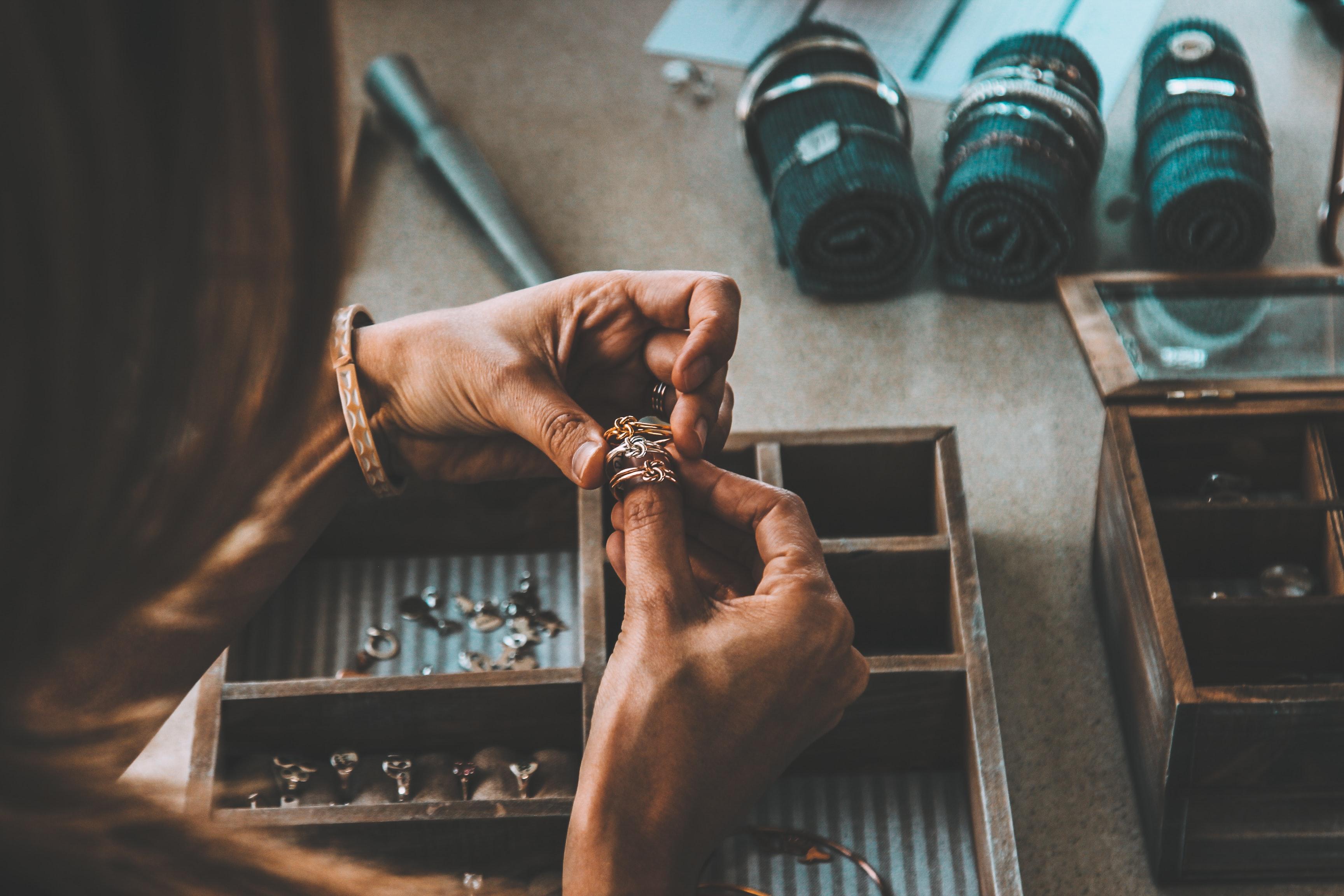 šperkařská dílna s prsteny