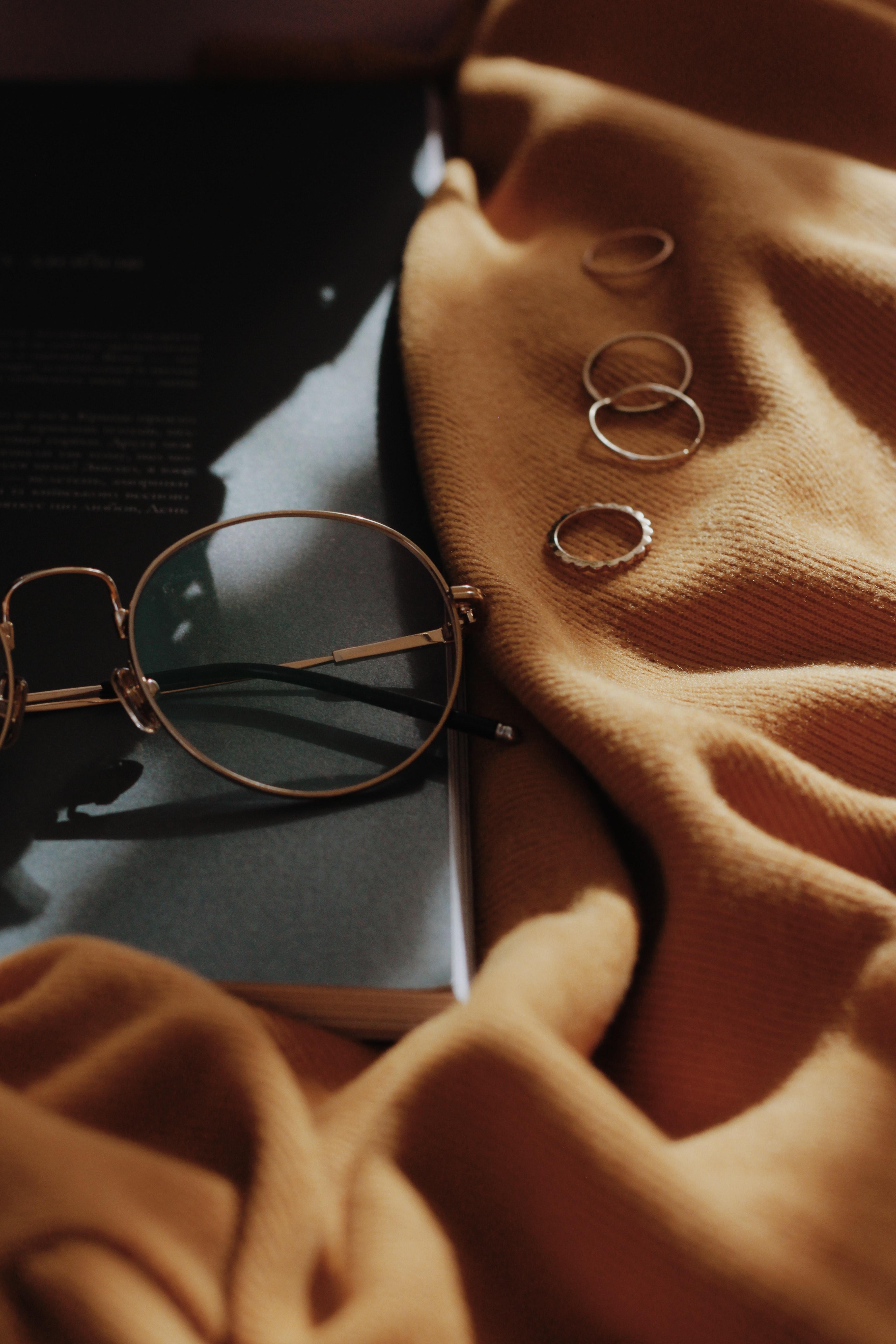prsteny a brýle na stole
