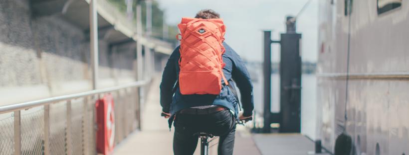 cyklista ve městě s batohem Braasi