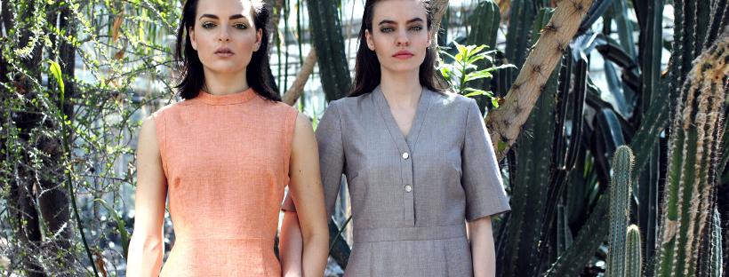 dvě modelky v šatech v zahradě