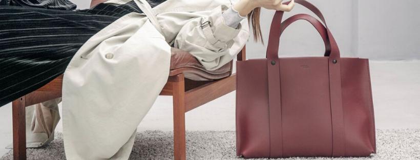 dáma s módní kabelkou